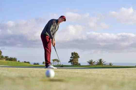 Pourquoi met-on la balle au golf?